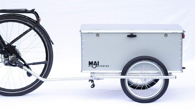 Bike-Boxtrailer Maiporter Z130 an einem Fahrrad angehängt von der linken Seite gesehen