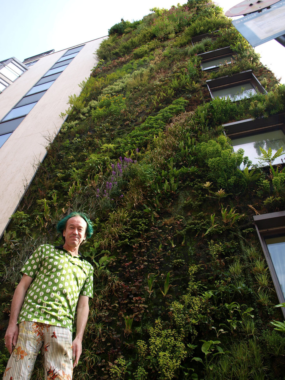 London: Erfinder der vertikalen Gärten Patrick Blanc vor der grünen Wand am Luxushotel The Atheneum