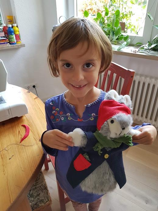Et tellement heureuse et fière d'avoir habillé son lapin !