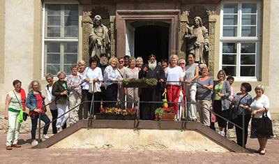Das Foto zeigt die Unternehmerfrauen auf der Treppe des Klosters Brenkhausen.
