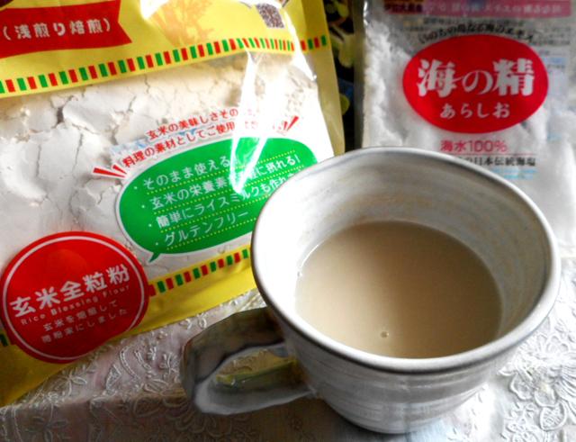 玄米リブレフラワーをお湯に溶かし、天然塩を加えても美味しいです。