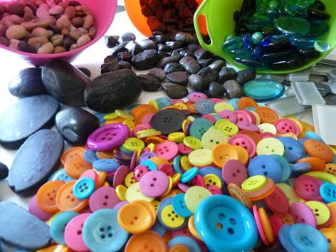 Knöpfe, Steine, Glasnuggets - zum Sortieren, legen, spielen...
