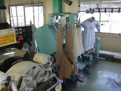 ワイシャツプレスは、各パーツごとに仕上げます(衿→袖→胴体)