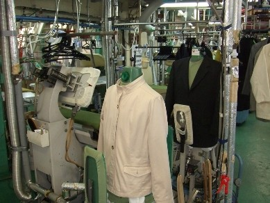 人体型整形機で、スーツの仕上げは立体的なシルエット