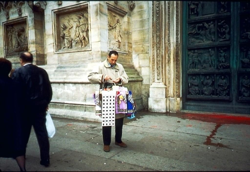 Venditore souvenir Piazza Duomo 1991