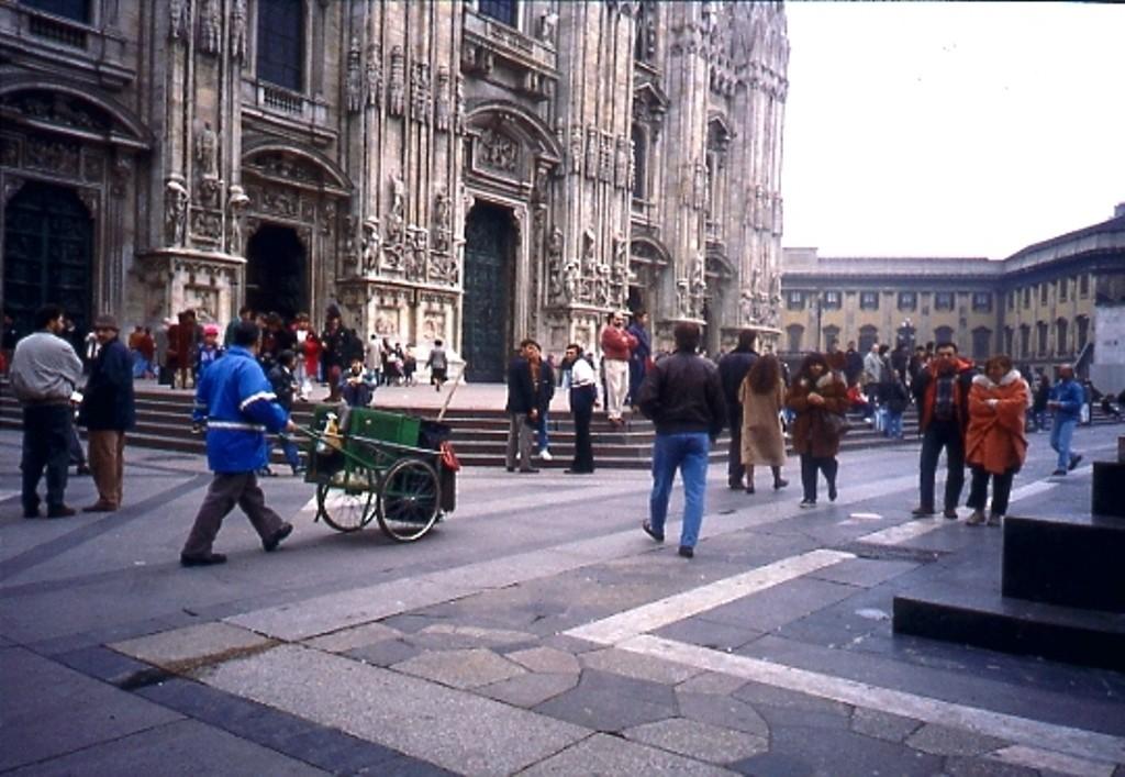 Operatore Ecologico Piazza Duomo 2003