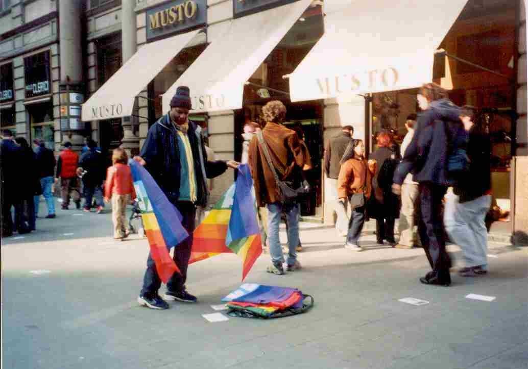 Venditore bandiere della pace  via Dante 2003