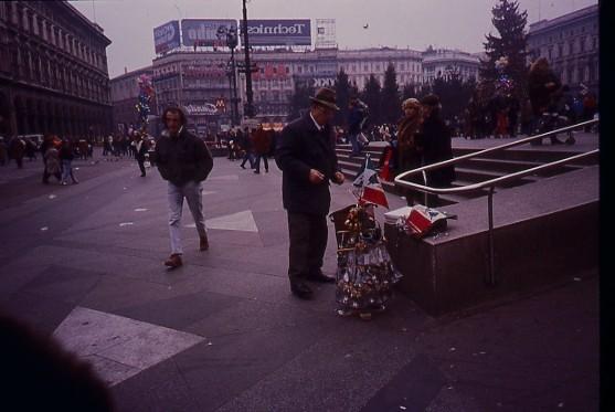 Venditori di souvenir piazza Duomo  1997