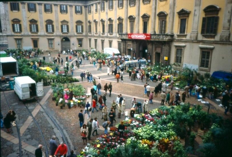 Piccolo mercato dei fiori in piazza Duomo anni 2000