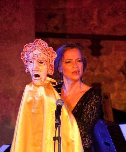 Francesca Prestia con maschera del testro greco
