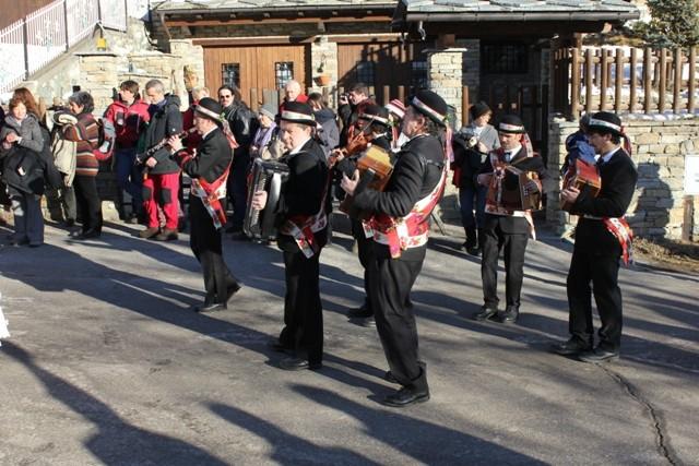 I Sounadur accompagnano il corteo suonando musiche a ballo