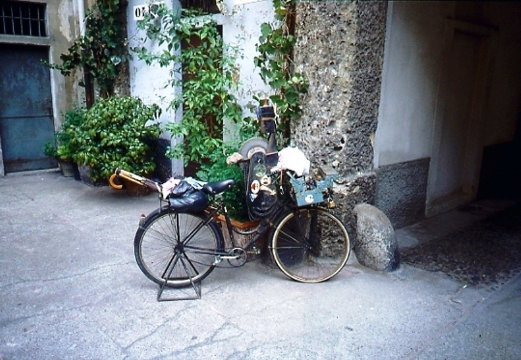 Bicicletta arrotino  cortile Corso San Gottardo 3 - 1992