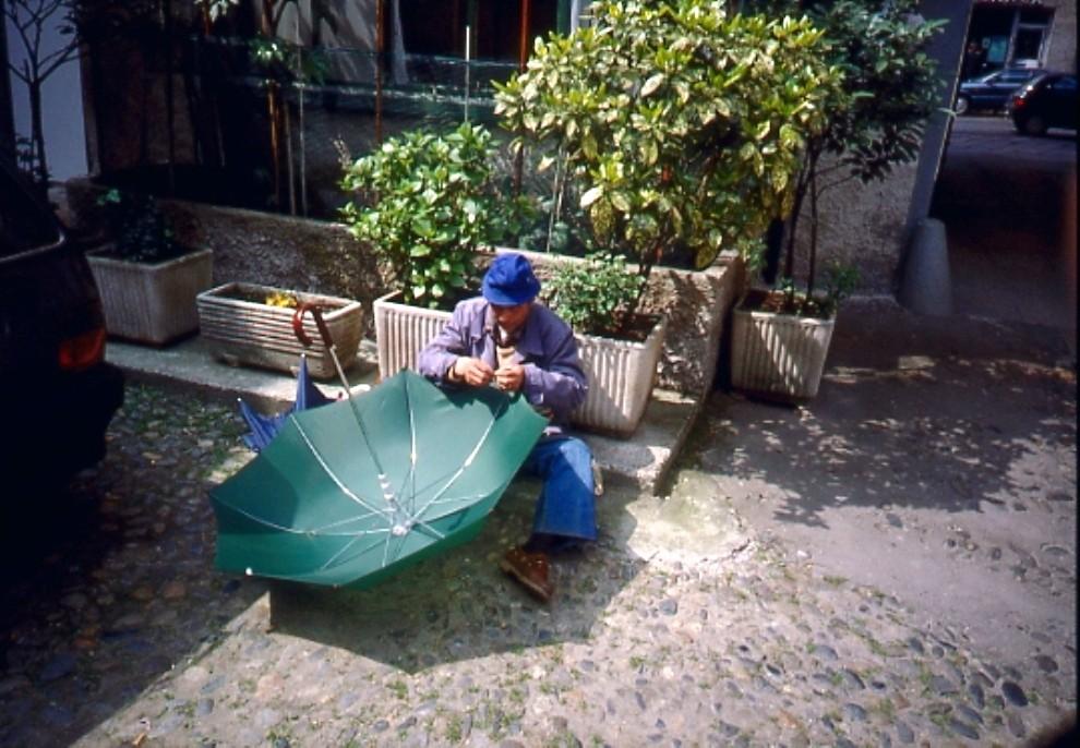Riparatore ombrelli cortile Corso San Gottardo 3 1992