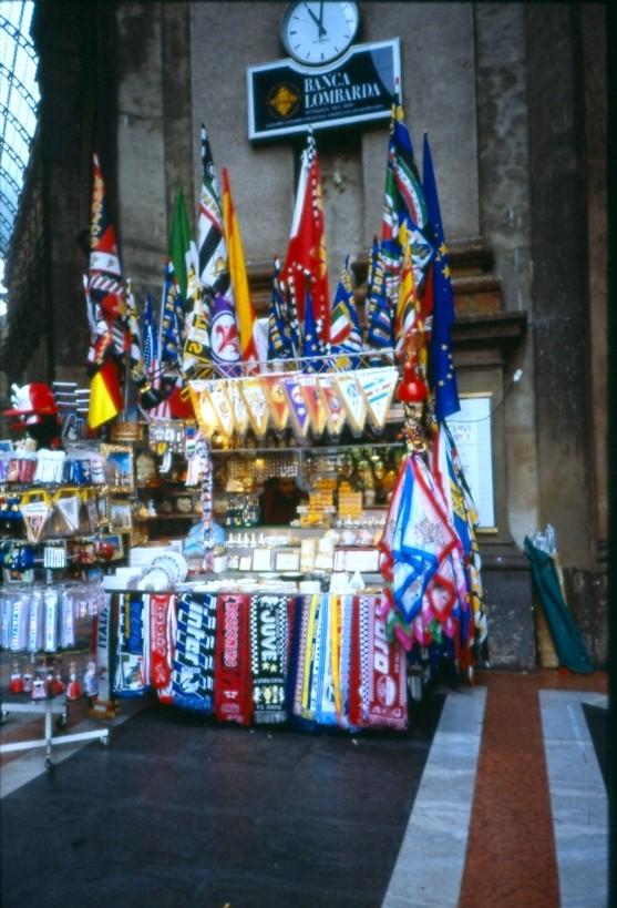 Venditore Bandiere e sciarpe angolo Galleria P.zza Scala 2000