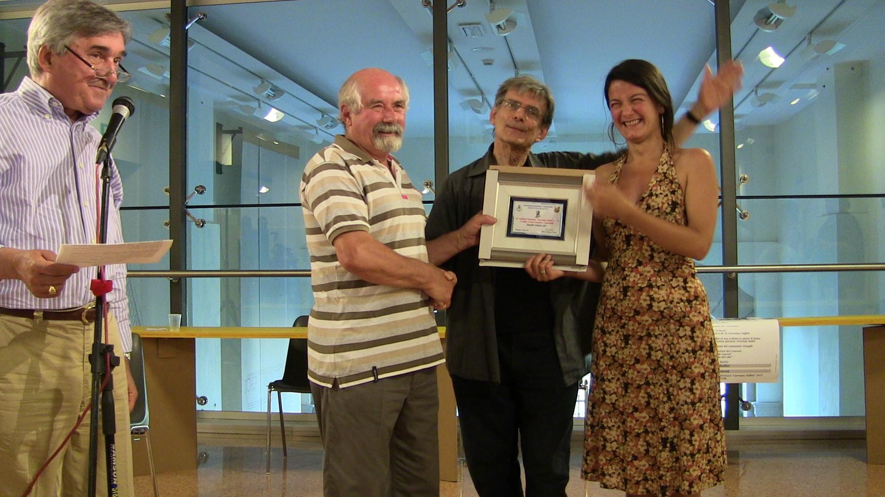 Premiazione Giangili (Gianni Gili) con Simona Boni 2° Premio Cantastorie e sostenibilità del cibo