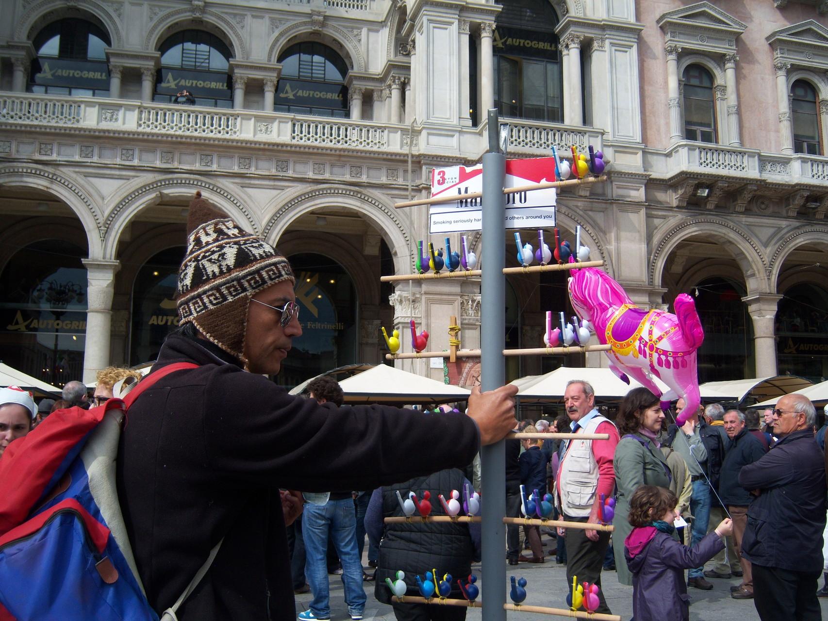 Venditore di Fischietti Piazza Duomo 2012