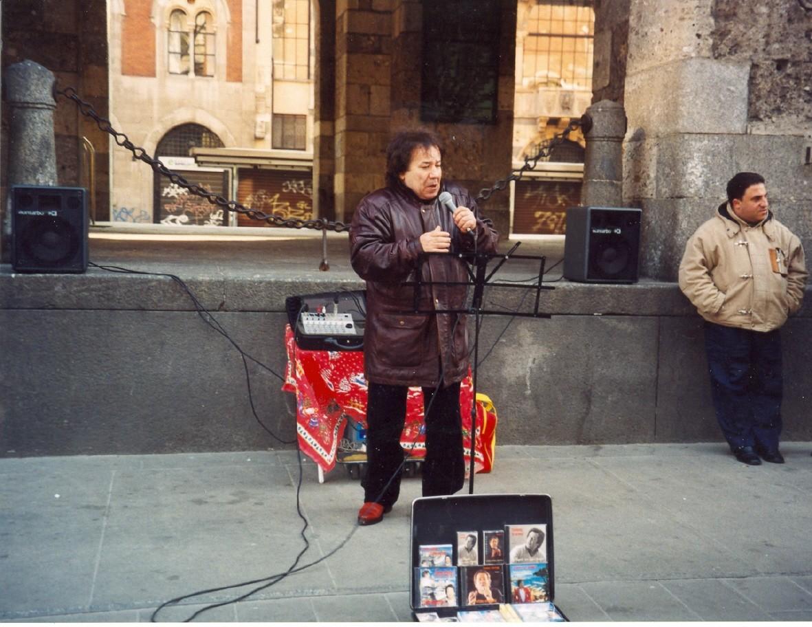CANTANTE NAPOLETANO PIAZZA MERCANTI 2005