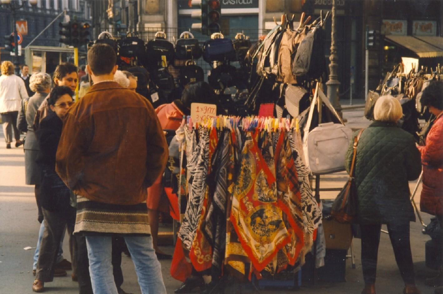 Banco mobile borse e foulard Piazza Cordusio 1998