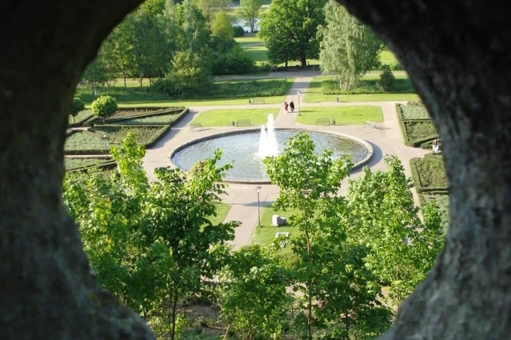 Blick durch die Burgmauer Burg Bentheim auf den Schlosspark