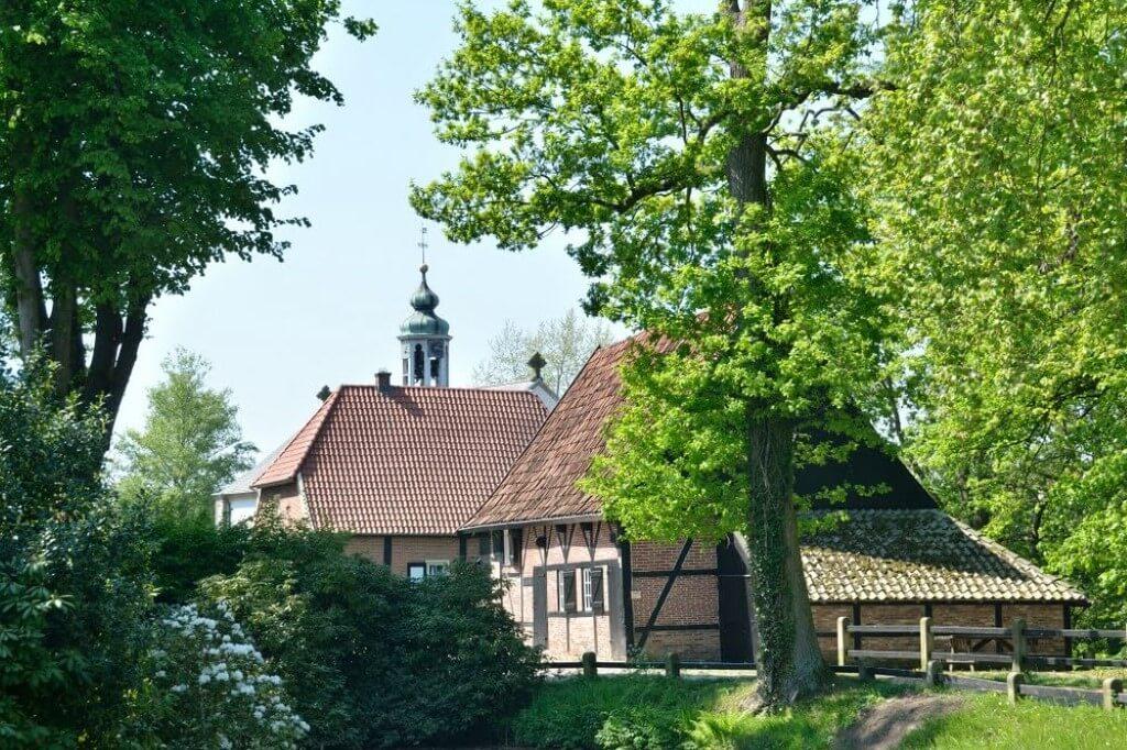 Lage Kirche mit Mühle