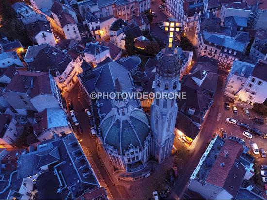 Photo en drone de nuit de l'Eglise Saint Blaise à Vichy - Photovideodrone
