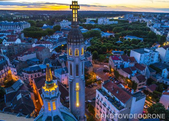 Cliché touristique en drone de l'église Saint Blaise à Vichy - Photovideodrone