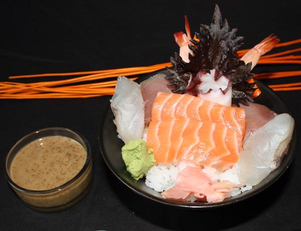 Chirashi sushi - Sumeshi (arroz de sushi) con sashimi variado