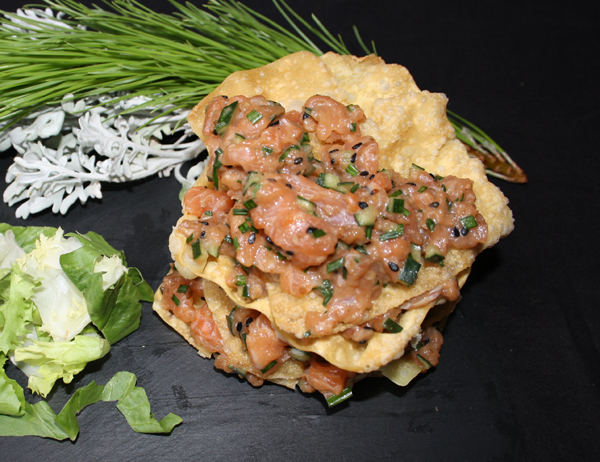 Tartar tower - Salmón en tartar con pepino, cebollino y salsa tower en torre de obleas de won ton