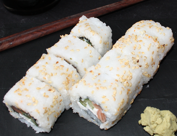 Philadelphia - Salmón, pepino y queso crema, cubierto de sésamo blanco