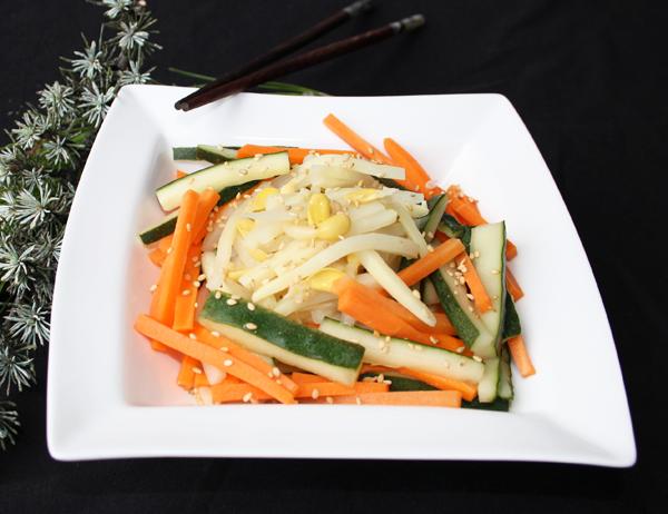 Sunomono - Ensalada de Pepino, zanahoria y brotes de bambú y de soja