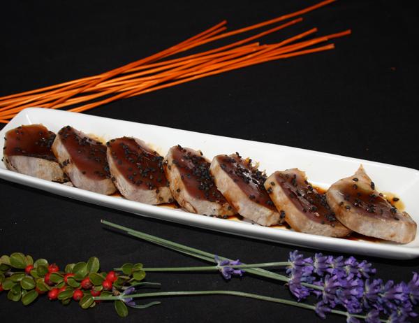 Tataki maguro - Atún asado con salsa kabayaki y sésamo negro