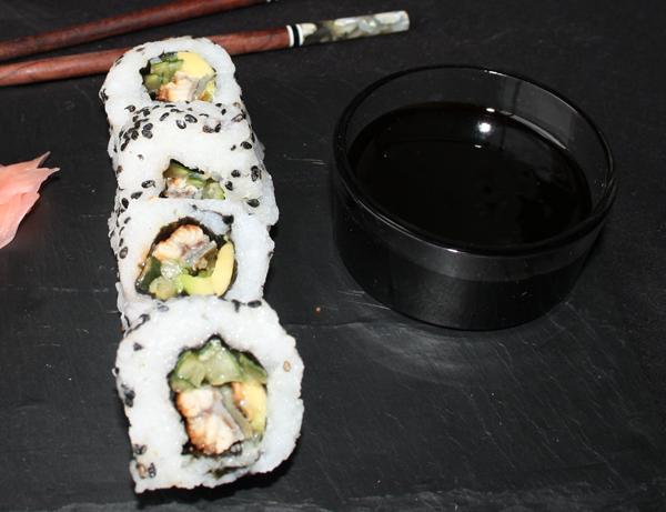 Unagi - Anguila ahumada, aguacate y pepino, cubierto de sésamo negro