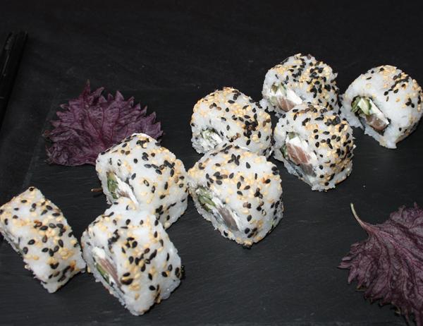 New York - Atún pepino y queso crema, cubierto de sésamo blanco y negro