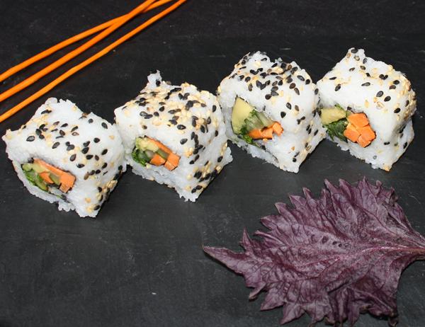 Vagetal y tal - Aguacate, pepino, zanahoria y cebollino, cubierto de sésamo blanco y negro