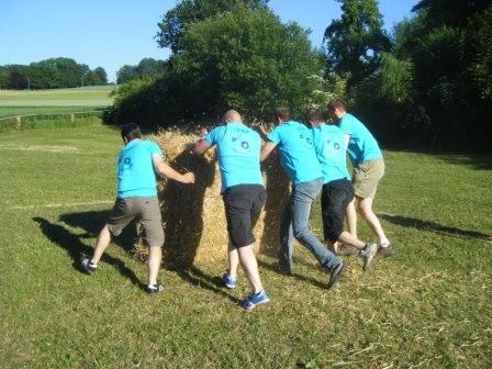 Team Holsten Güll beim Ballenwettrollen