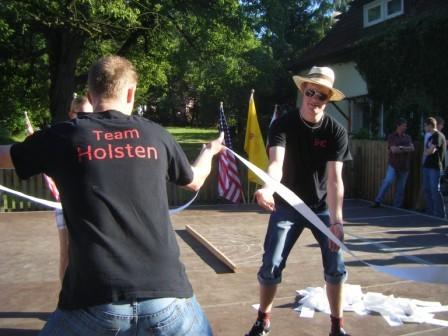 """""""Team Holsten"""" am Wickeln"""