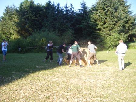 """Das Team """"Günni's WM-Club"""" beim Ballenwettrollen"""