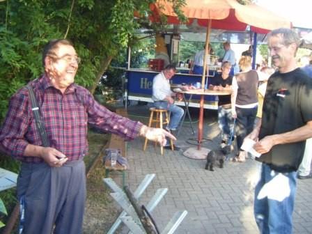 """Spielleiter Günther Maistrak beim """"Balken ablängen"""""""