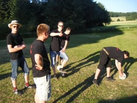 """""""Team Holsten"""" am Start des Ballenwettrollens"""