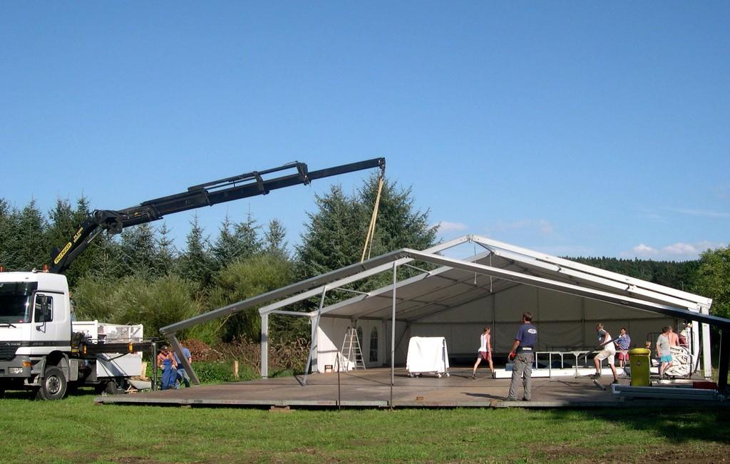 17.08.2004 Volksfest Vorbereitungen - Zeltaufbau