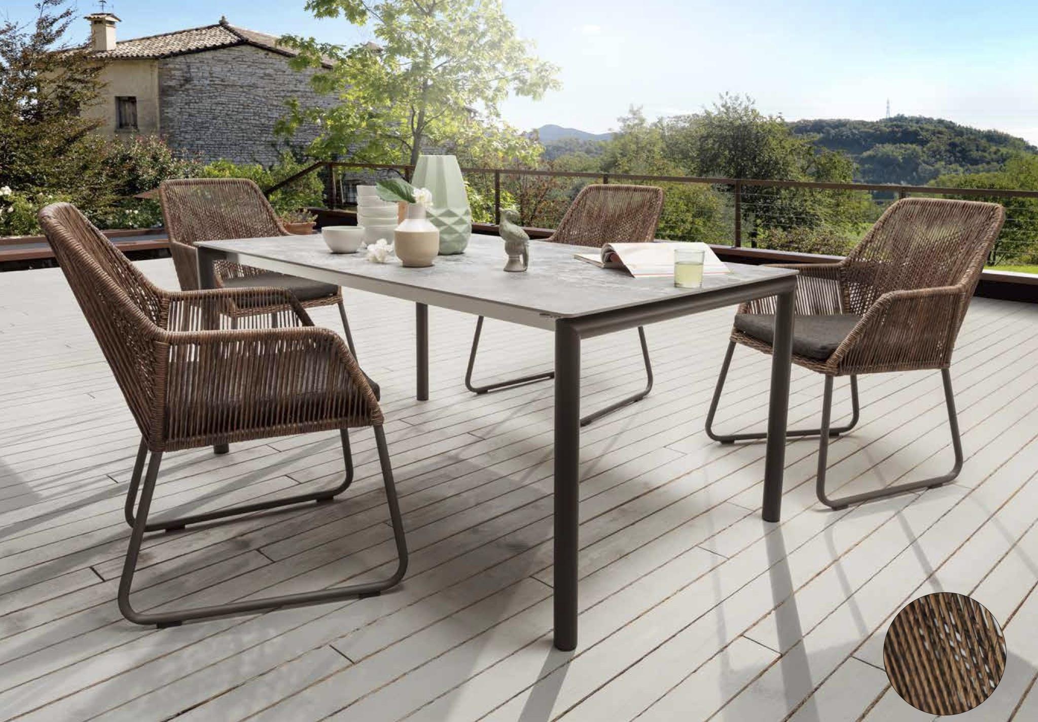 Tisch mit Edelstahlfüssen eisengrau lackiert, Stuhl Allanis, Tischplatte Dekton Orix