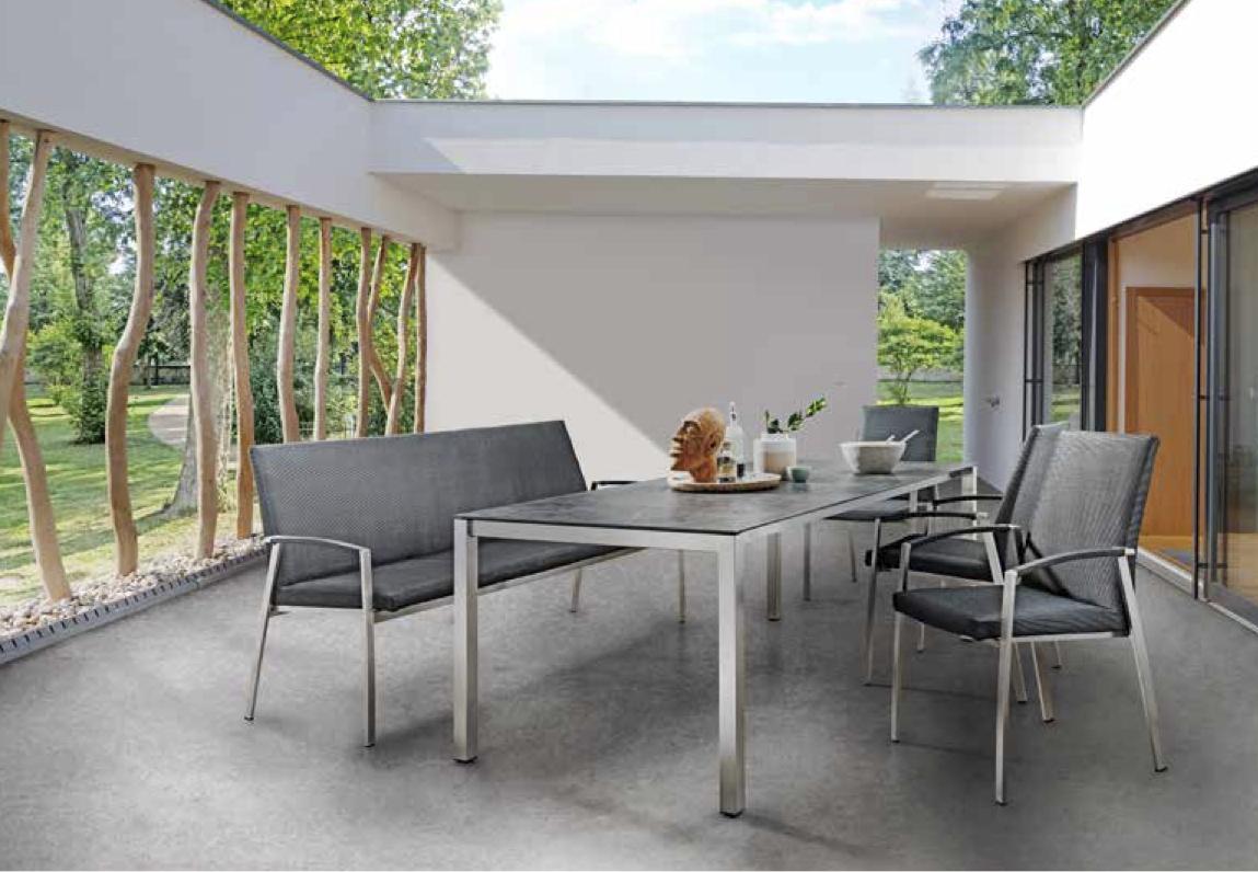 Tisch mit Edelstahlfüssen, Stuhl & Bank Talisma, Tischplatte Dekton Laos