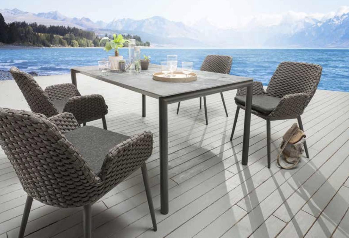 Tisch mit Edelstahlfüssen eisengrau lackiert, Stuhl Talca, Tischplatte Dekton Orix