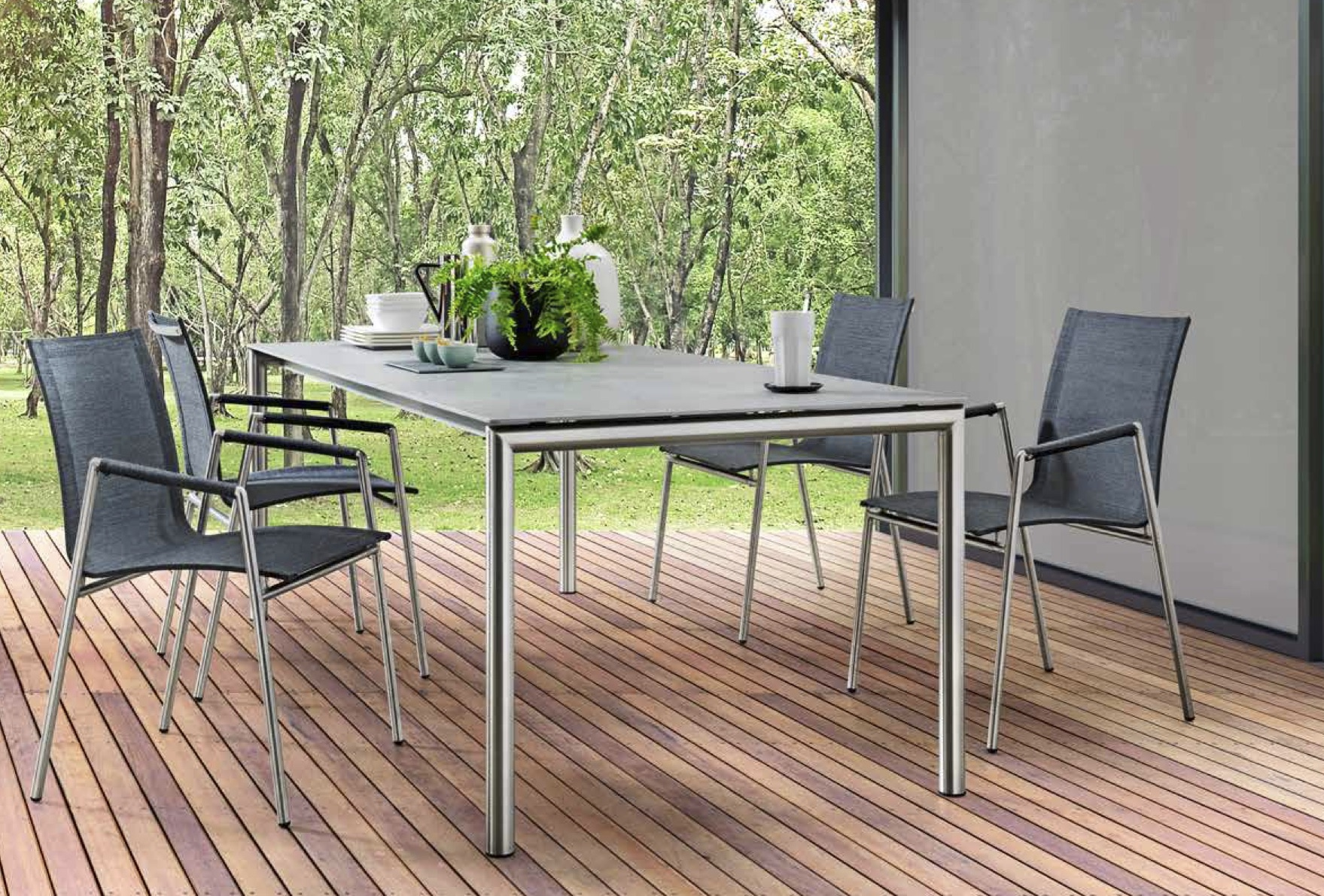Tisch mit Edelstahlfüssen, Stuhl Cortino, Tischplatte Dekton Soke
