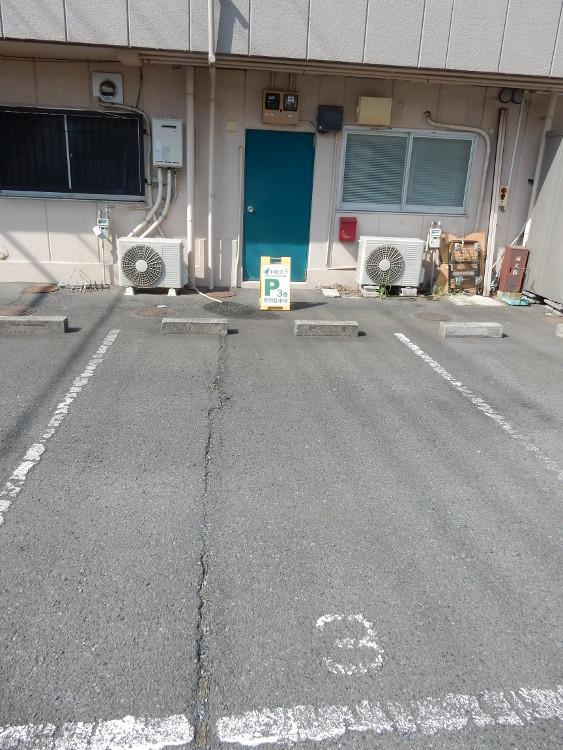 治療院裏の駐車場(一台)