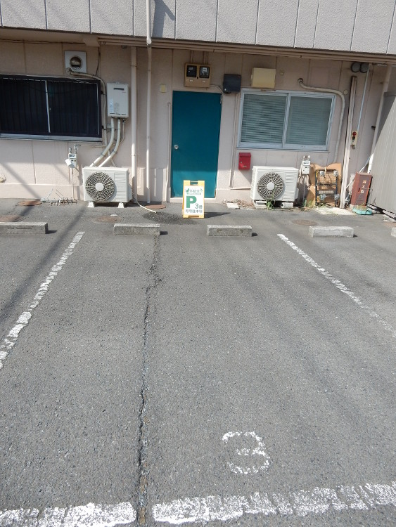駐車場(一台)(店舗の裏側)