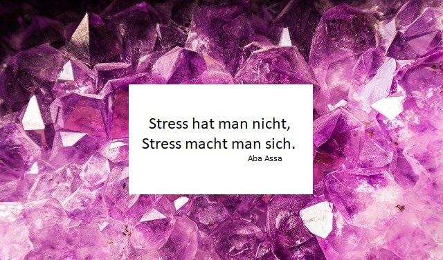 Amethyst Steine Spitzen Bild mit Spruch inn der Mitte: Stress hat man nicht, STress macht man sich. Stress und Entspannung, EMDR, Trauma-Therapie, PTBS, Rosacea, Neurodermitis, Psoriasis, Psychotherapie