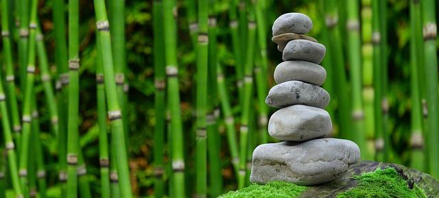 Bambus-Stiele mit einem aufgetürmten Stein-Turm, Entspannung bei Rosacea und Bruxismus
