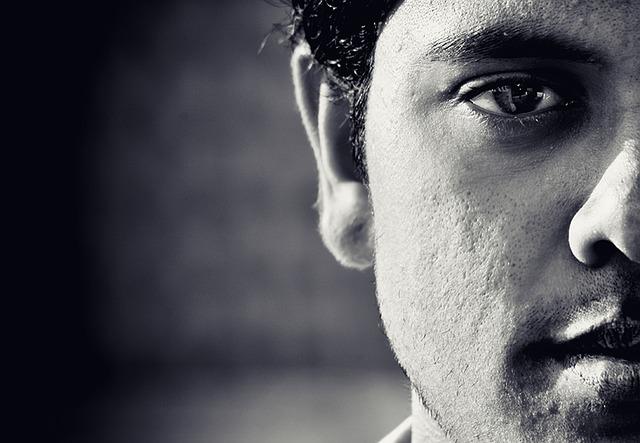 männliche rechte Gesichtshälfte in schwarz-weiß