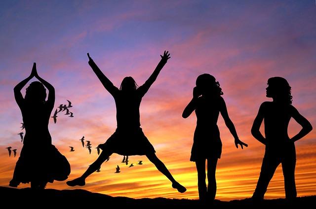 4 Frauen im Sonnenuntergang, vital, gesund, glücklich